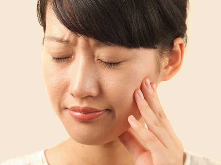 Bệnh nhân viêm xoang phù nề có thể bị sưng và đau má, mắt