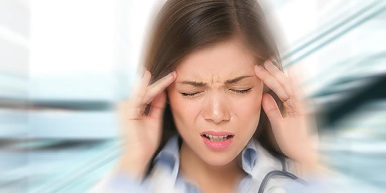 Người bệnh thường bị đau nhức đầu, đặc biệt là vùng thái dương,