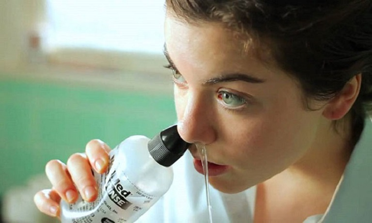 Cần rửa mũi, xúc miệng thường xuyên để làm sạch đường hô hấp phía ngoài
