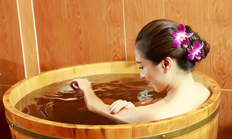 Đun nước lá bạch đàn để tắm giúp thư giãn thần kinh, giảm bệnh hiệu quả