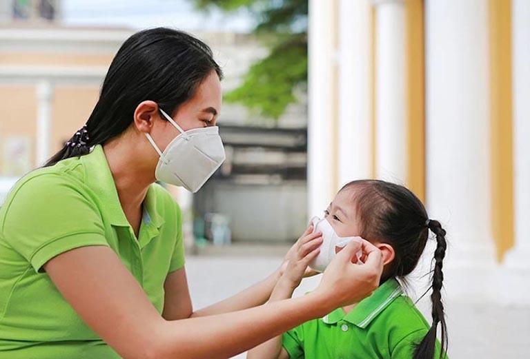 Đeo khẩu trang khi tiếp xúc với môi trường là một cách để tránh lây nhiễm bệnh viêm xoang