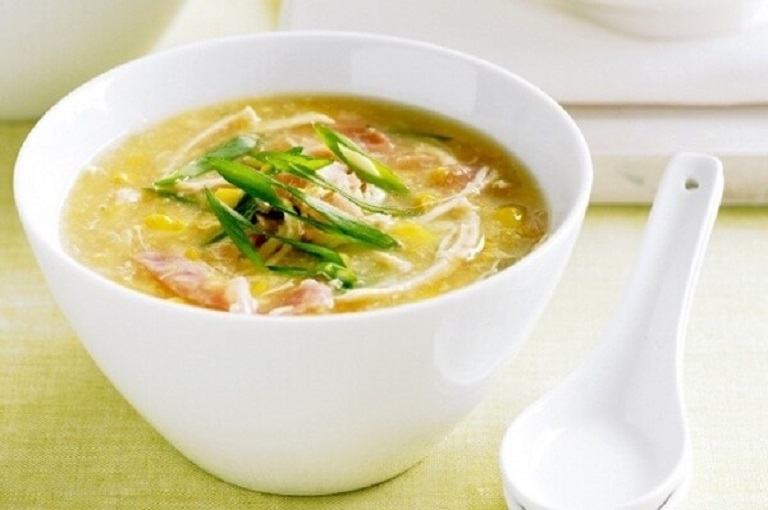 Bạn nên chế biến thịt gà thành những món ăn đơn giản, mềm như hấp, luộc hoặc súp