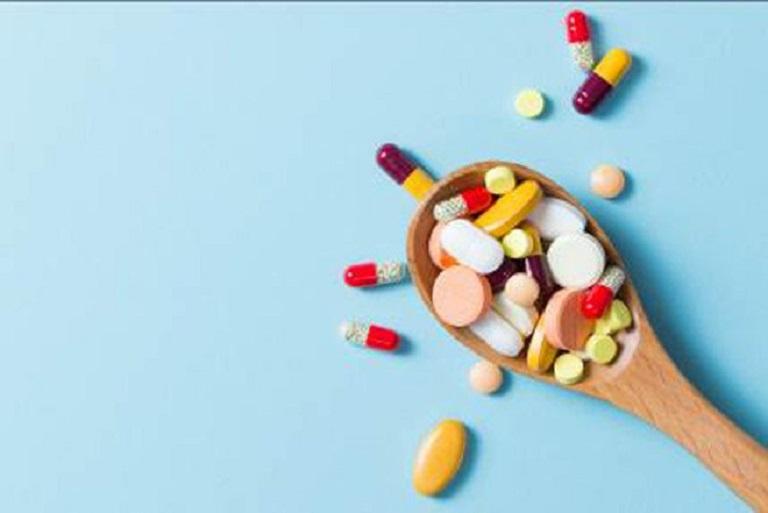Một số loại thuốc được sử dụng phổ biến là: thuốc kháng histamin, thuốc giảm đau và kháng sinh