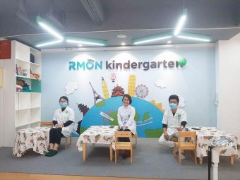 Đội ngũ y bác sĩ trực tiếp thăm khám cho trẻ tại trường mầm non Phú Đô