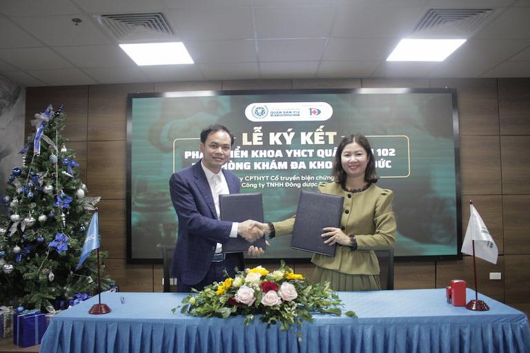 Ông Đàm Thanh Toàn (đại diện Công ty TNHH Đức Toàn) và bà Trần Thanh Hằng (đại diện Quân dân 102) trong buổi ký kết