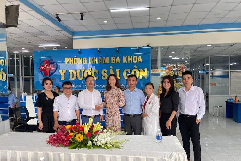 Bà Ngụy Thị Hiền (GĐĐH Hệ thống Phòng khám Đa khoa Quân Dân 102) và Ông Đỗ Tấn Hưng (GĐĐH phòng khám đa khoa Y dược Sài Gòn) đại diện ký kết