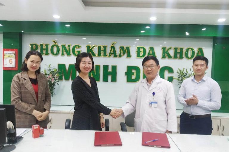 Ông Trần Văn Tuấn (GĐCM Phòng khám Đa khoa Minh Đức) và bà Trần Thanh Hằng (TGĐ CTCP Tổ hợp Y tế cổ truyền biện chứng Quân dân 102) đại diện ký kết