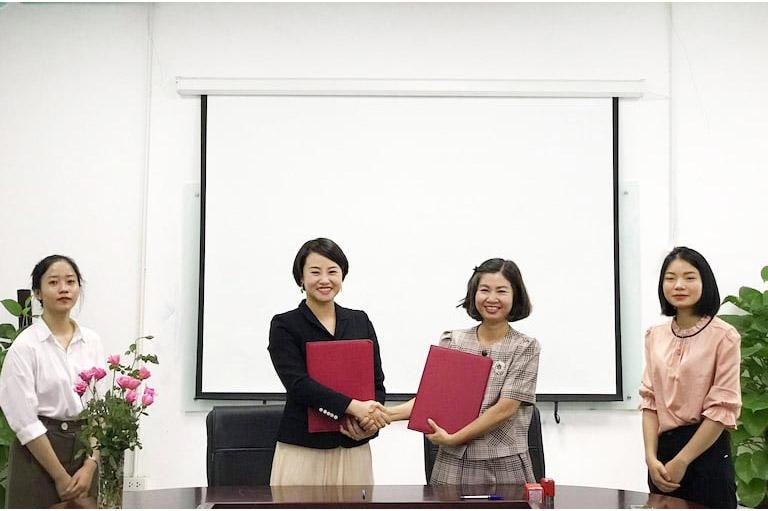 Bà Đặng Thị Thu Huyền – Giám đốc Phòng khám Đa khoa Ngôi Sao và bà Trần Thanh Hằng - TGĐ Tổ hợp y tế Quân dân 102 đại diện ký kết