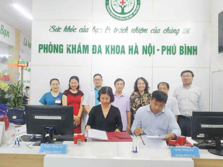 Ông Nguyễn Văn Toàn (PGĐ phòng khám Đa khoa Hà Nội – Phú Bình) và bà Trần Thanh Hằng (đại diện Quân dân) trong buổi ký kết