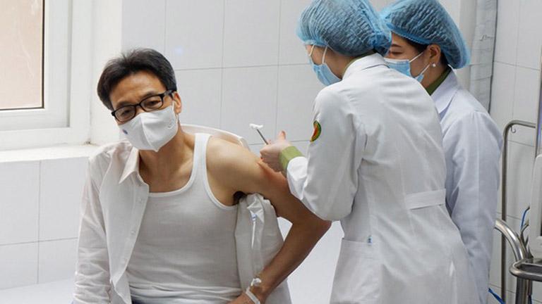 Phó thủ tướng Vũ Đức Đam tiêm phòng vắc xin Nanocovax của Việt Nam
