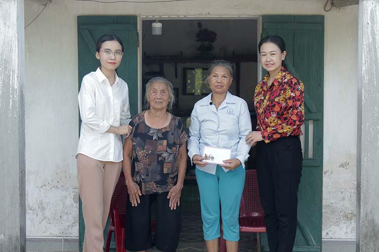 Đoàn CTXH tặng quà cho cô Ngoan và cụ Chắt