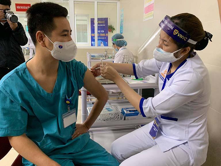Tiêm vắc xin hiện do các cơ sở y tế của ngành y tế thực hiện.