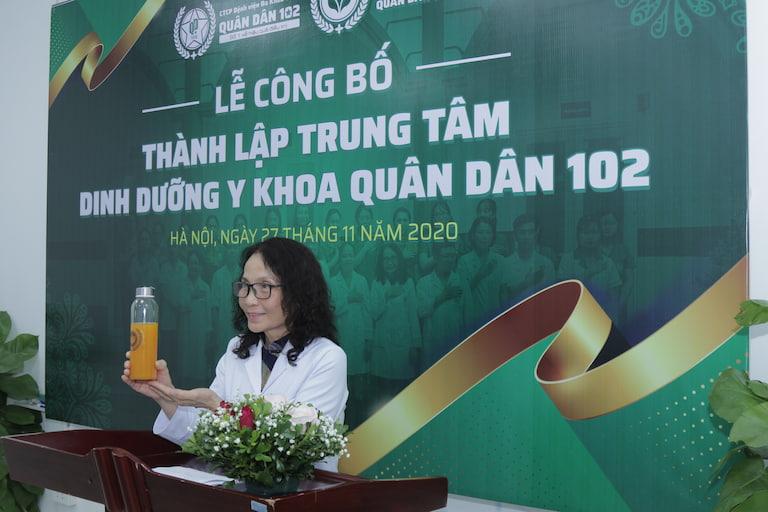 Bác sĩ Lê Phương - Giám đốc chuyên môn Trung tâm Dinh dưỡng Y khoa Quân Dân 102 trực tiếp giám sát quá trình sản xuất bài thuốc