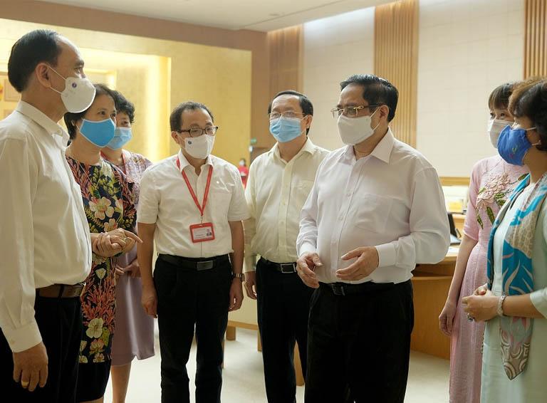 Thủ tướng Phạm Minh Chính trao đổi với các đại biểu tại buổi gặp mặt