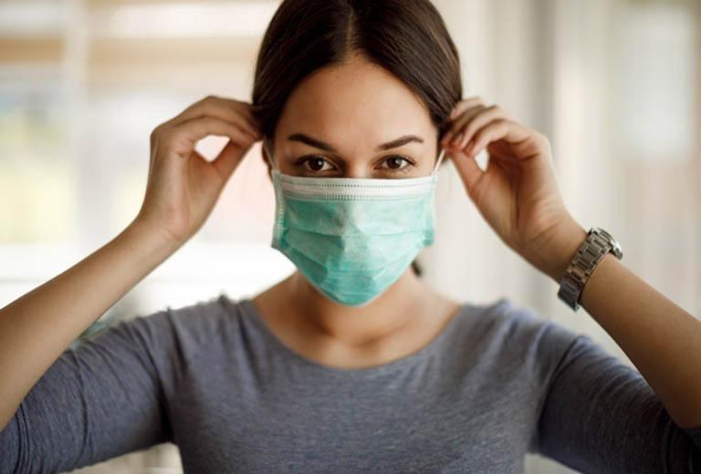 Đeo khẩu trang khi đi ra ngoài để hạn chế nguy cơ nhiễm khuẩn