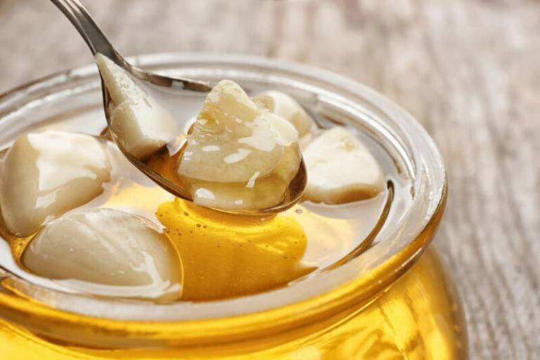 Tỏi mật ong là bài thuốc dân gian chữa viêm xoang mãn tính phổ biến