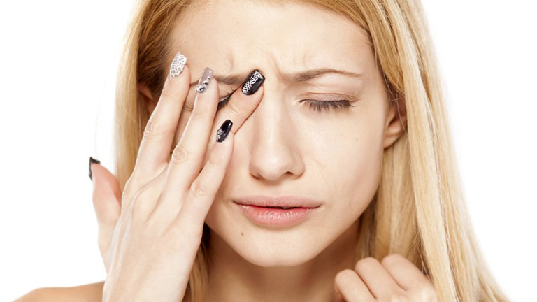 Viêm xoang cấp có bị sốt không - Người bệnh cảm thấy đau nhức vùng mắt và trán