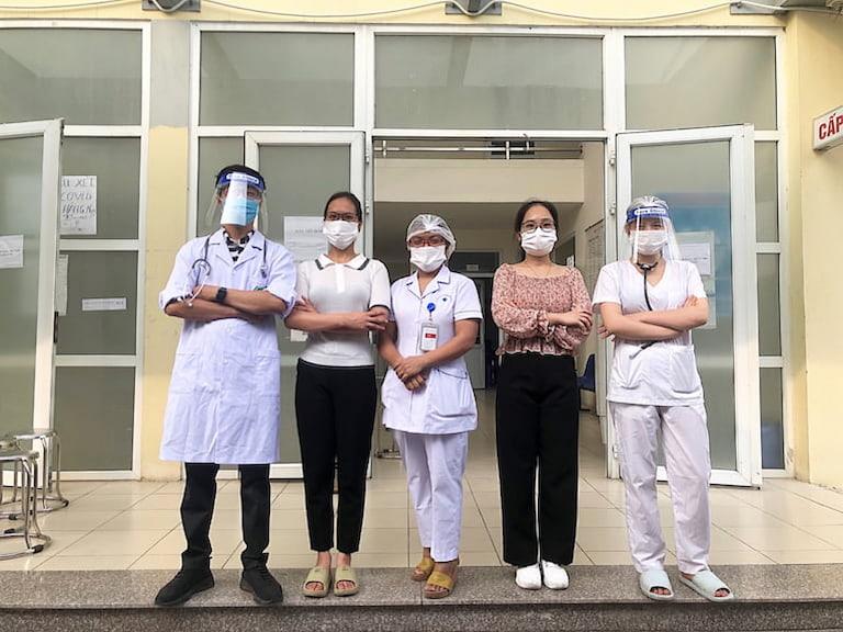 Một số cán bộ y tế của Quân Dân 102 tham gia hỗ trợ cùng Trạm Y tế phường Phú Đô
