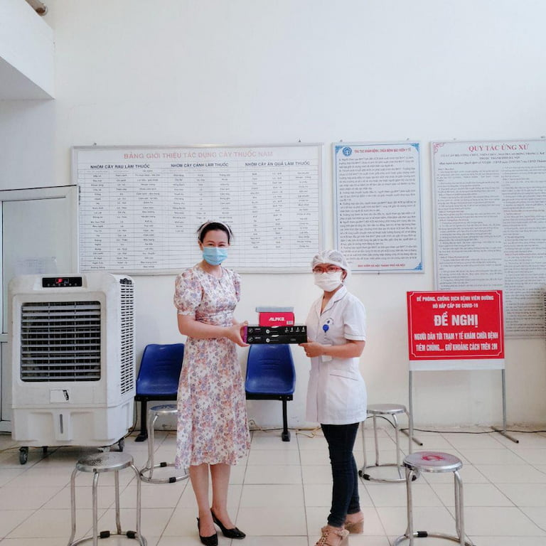 Bà Đinh Kim Thoa - trưởng ban công tác xã hội Quân Dân 102 tặng quà hỗ trợ cùng Trạm Y tế phường Phú Đô